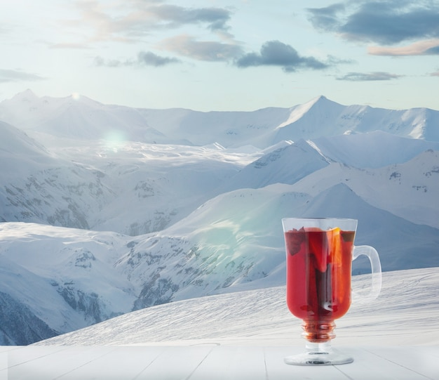 Glühwein gekruid en landschap van bergen op achtergrond alcohol warme drank