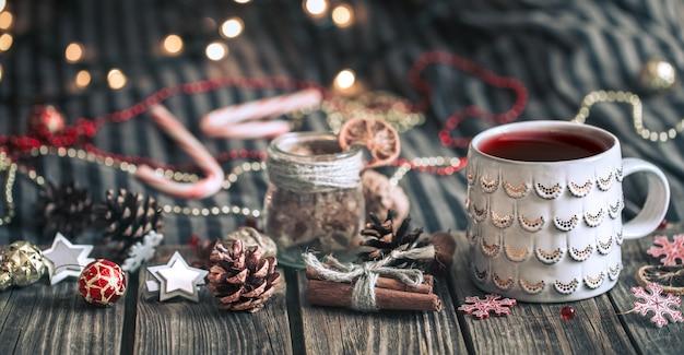 Glühwein in een beker op een houten achtergrond