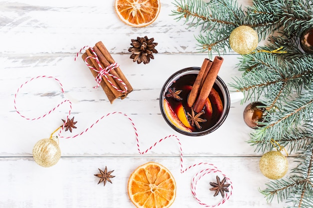 Glühwein in een witte mok. hete gekruide wijn met kaneel en steranijs. feestelijke wenskaart voor kerstmis.