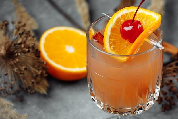 Glühwein in glasglazen met appelsinaasappel en ce kaneel