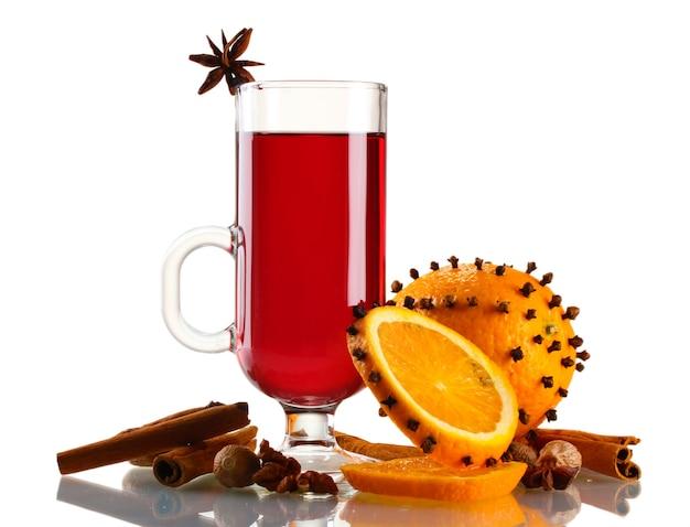 Glühwein in het glaskruid en de sinaasappel geïsoleerd