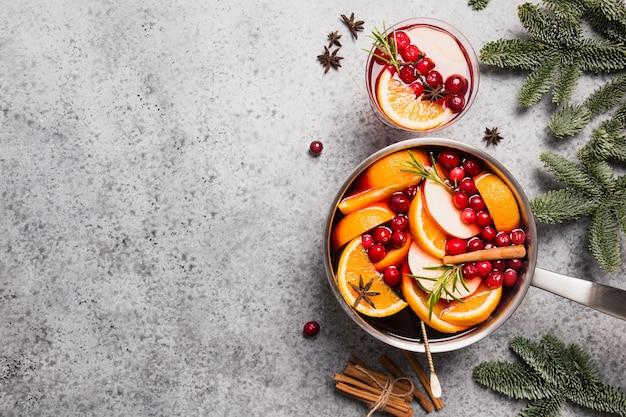 Glühwein met kaneel, cranberry op grijze tafel