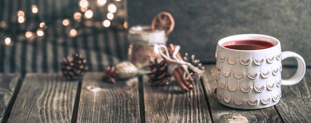 Glühwein met kruiden en dennenappels