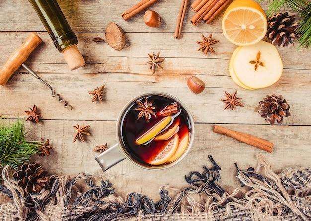 Glühwein. met kruiden. selectieve aandacht. kerstmis.