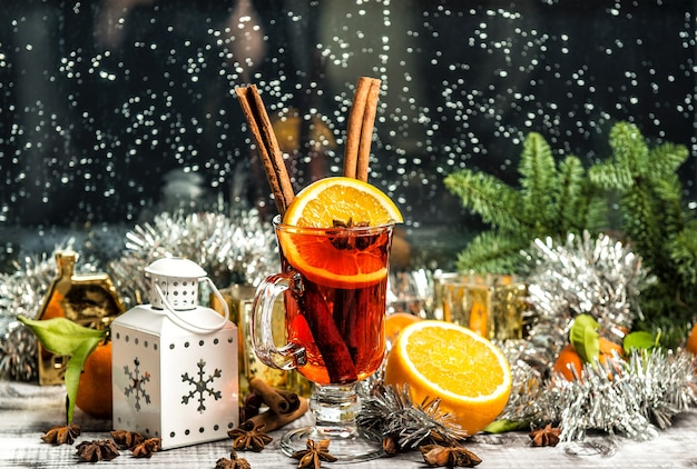 Glühwein. raamdecoratie kerstboom en ornamenten