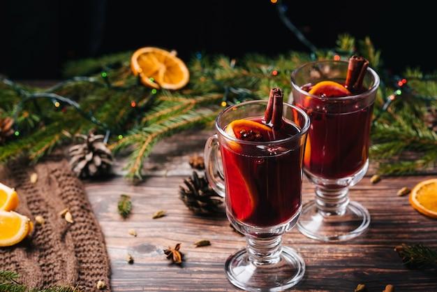 Glühwein, warme kerstdrank met aromatische kruiden, citrusvruchten