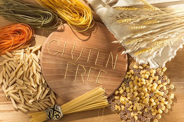 Glutenvrij eten. diverse pasta, brood en snacks op houten achtergrond van bovenaanzicht