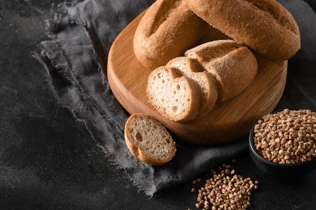 Glutenvrij gezond boekweitbrood op zwarte achtergrond met exemplaarruimte
