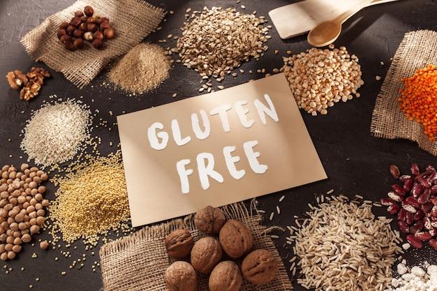 Glutenvrij meel en granen gierst, quinoa, maïsbrood, bruine boekweit, rijst met tekst glutenvrij