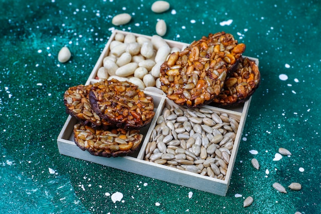 Glutenvrije noten gekonfijte koekjes met chocolade, pinda en zonnebloempitten, bovenaanzicht