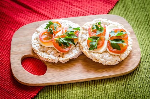 Glutenvrije sandwiches met mozzarella en tomaten