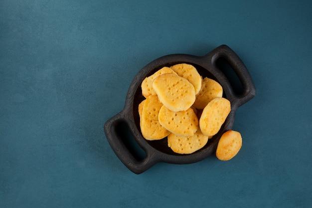 Glutenvrije zelfgemaakte koekjes in houten plaat, bovenaanzicht.