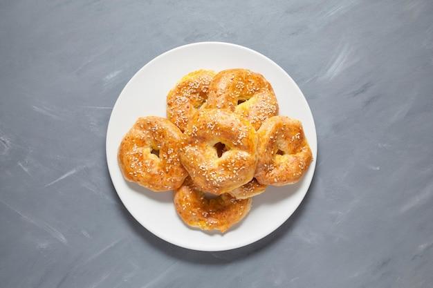 Glutenvrije zelfgemaakte taarten. gestremde melkringen of bagels op een bord. bovenaanzicht, close-up