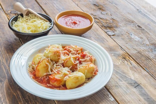 Gnocchi gevuld met pesto met zelfgemaakte tomatensaus en kaas