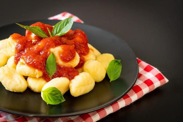 Gnocchi in tomatensaus met kaas - italiaanse eetstijl