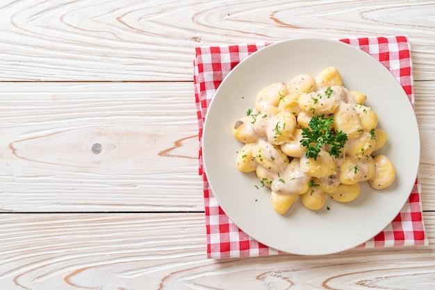 Gnocchi met champignonroomsaus en kaas - italiaanse eetstijl