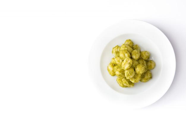 Gnocchi met pestosaus in de plaat geïsoleerde hoogste ruimte van het meningsexemplaar