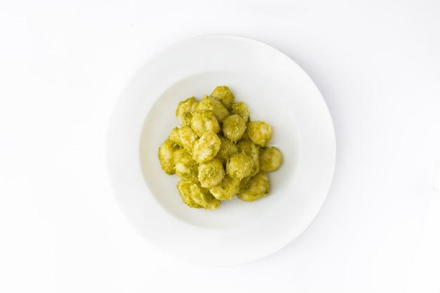 Gnocchi met pestosaus in plaat geïsoleerde hoogste mening