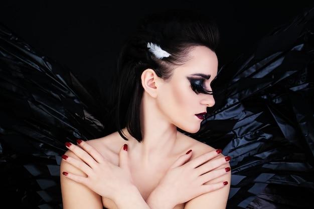Goddelijke fantasie. black wings en kunst make-up