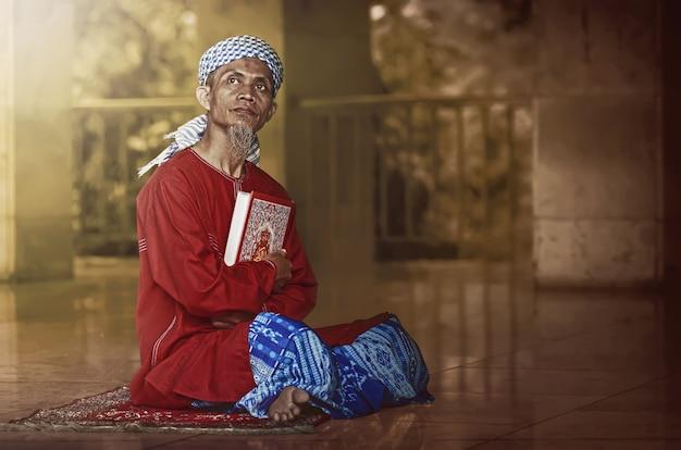 Godsdienstige moslimmens die heilige koran leest