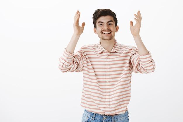 Godzijdank dat je hier bent. portret van positief vriendelijk ogende blanke man met baard en snor, handpalmen hoog opheffend en breed glimlachend, dankbaar tegenover vriend