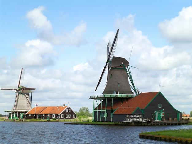 Goed bewaarde traditionele nederlandse windmolens en huizen in de zaanse schans