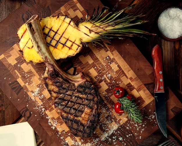 Goed gebakken t-bone steak bovenaanzicht