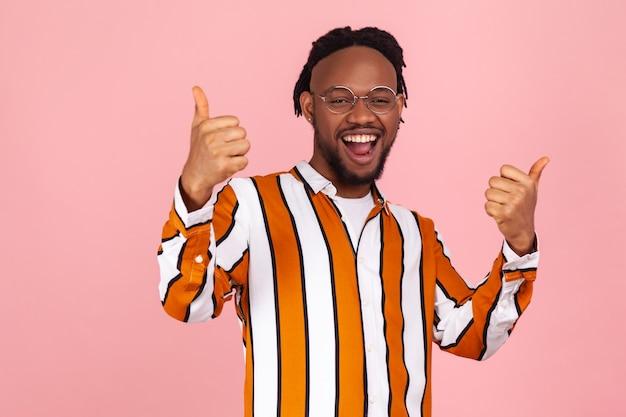 Goed gedaan! extreem opgewonden, gelukkige afro-amerikaanse man die een duim omhoog gebaar toont,