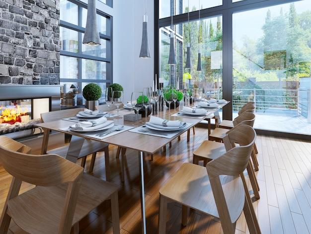 Goed gedecoreerde tafel met grote raampartijen en een sfeervolle open haard in bruine eetkamermeubels.