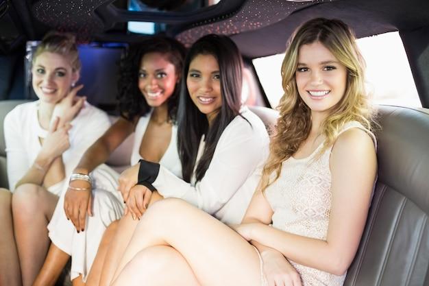 Goed geklede vrouwen in een limousine