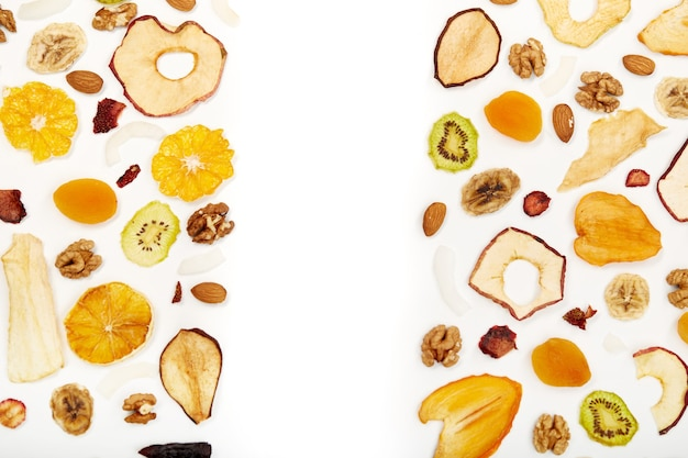 Goed ingedeeld gedroogd fruit en noten op tafel