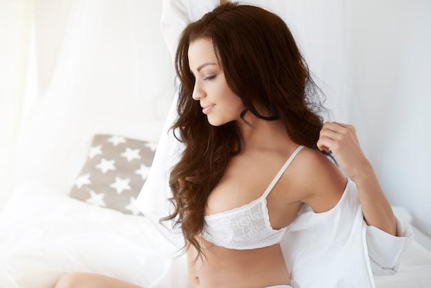 Goed uitgeruste vrouw in bed