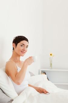 Goed uitziende vrouw die thee drinkt