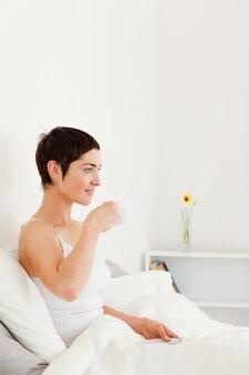 Goed uitziende vrouw koffie drinken
