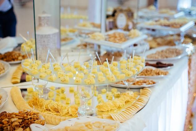 Goede exquise buffettafel tijdens een plechtig evenement