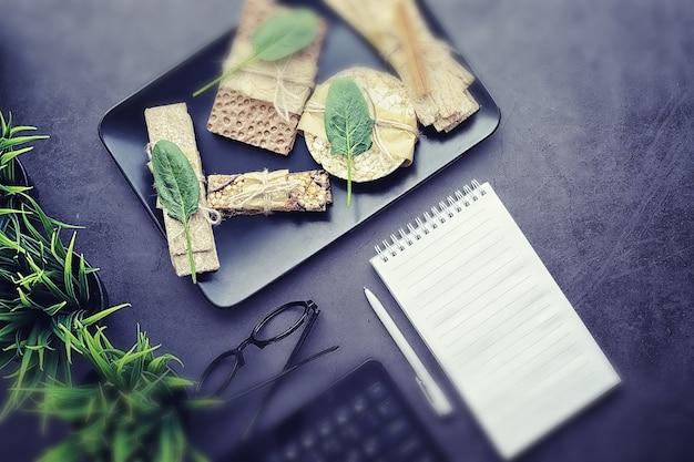 Goede voeding. gezonde levensstijl. droge broodjes voor dieet. het concept van afvallen en een gezonde levensstijl. broodjes met groenten en kruiden op tafel.