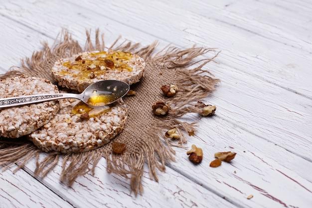 Goede voeding. rijstkoekjes met honing en noten