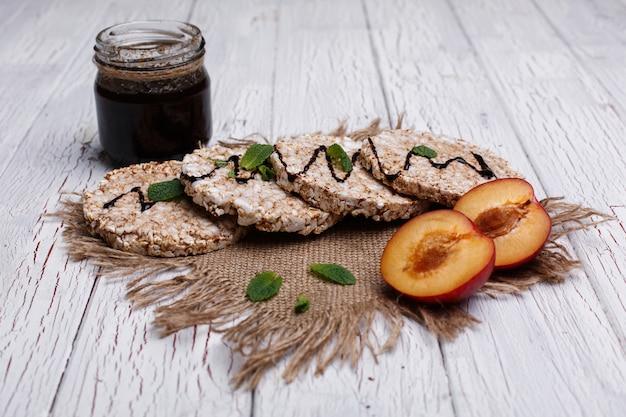 Goede voeding. rijstkoekjes met honing, munt en perziken