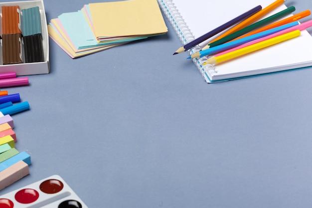 Goede voorbereiding op schoolvakken. schoolaccessoires van kleur plasticine, veelkleurige potloden