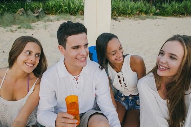 Goede vrienden met plezier op het strand