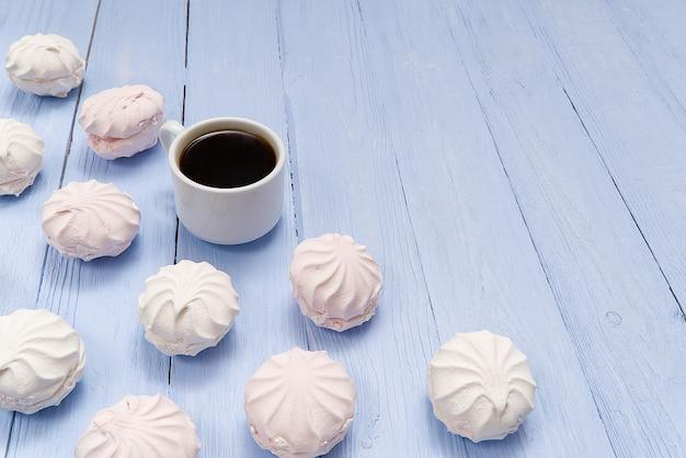 Goedemorgen banner. kopje koffie en zelfgemaakte dessert zephyr, zefir