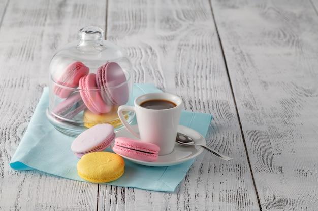 Goedemorgen concept met espresso en bitterkoekjes