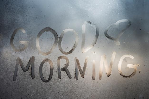 Goedemorgen inscriptie op zweterige venster