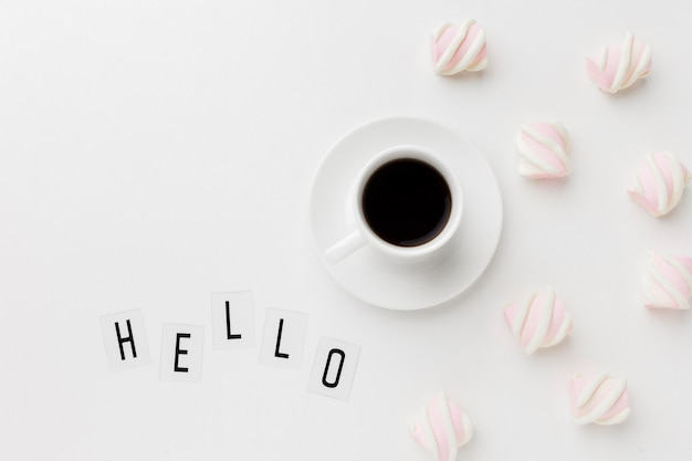 Goedemorgen kopje koffie met zoete snack