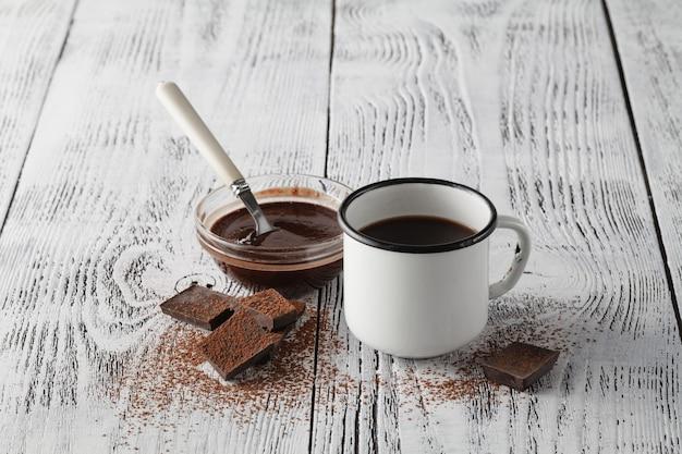Goedemorgen met schuimige espresso in witte vintage beker