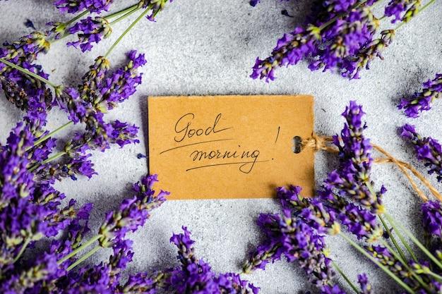 Goedemorgen notitie en verse lavendelbloemen