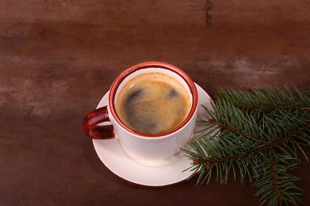 Goedemorgen of een prettige dag vrolijk kerstfeest. kopje koffie met koekjes en verse sparren of dennentak
