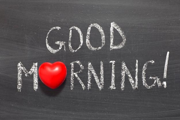 Goedemorgen uitroepteken zin handgeschreven op schoolbord