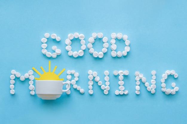 Goedemorgen van marshmallow en koffiekopje met rijzende zon. concept