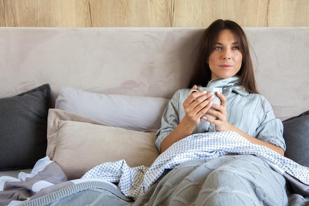 Goedemorgen! vrouw werd wakker in bed. vrouw koffie drinken in bed